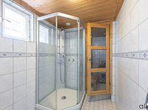 Kodin kylpyhuoneessa on suihkukaappi