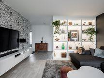 Olohuoneen yhtenä seinänä toimii kiinteä kaapisto