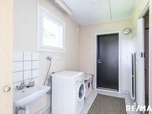 Kodinhoitohuoneessa on tilaa ja käynti suoraan ulos.