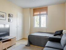 tv-huone, makuuhuone, alakerta