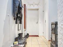 Näkymä makuuhuoneen ovelta käytävän oven suuntaan.