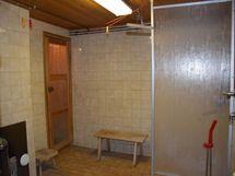 Pesuhuone kellarikerroksessa