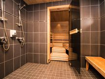 pesuhuoneessa 3 suihkua