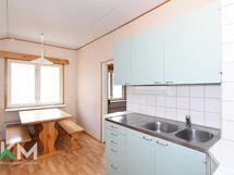 Yläkerran 1h,k,kph/wc:n huoneiston keittiö