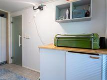 Saunan ja kylpyhuoneen yhteydessä kodinhoitohuonetila, entinen pukuhuone