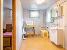 Kodinhoitohuone ja vieressä huone (kevyt väliseinä välissä)