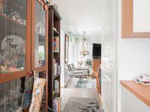 Näkymää keittiöstä olohuoneeseen