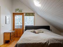 Yläkerran makuuhuone, josta käynti saunatiloihin