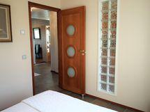 makuuhuoneen pieni yksityiskohta tiiliseinä ja upea väliovi (kaikki tälläisiä)
