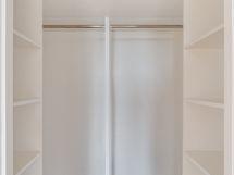 Päämakuuhuoneesta on käynti tilavaan vaatehuoneeseen.
