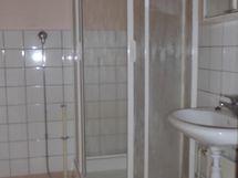 kylpyhuoneessa suihkukaappi, pesukoneliitäntä