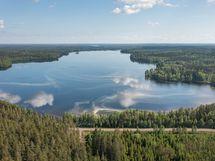 Salkolanjärvi on lähellä. Järven pinta-ala on 271 hehtaaria ja sen pituus on 3,3 km ja leveys 1,2 km