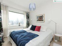 Myös makuuhuoneesta on seesteinen, puistomainen ja merellinen näkymä