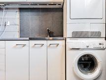 Kodinhoitohuoneen tilat taipuvat moneksi, voit helposti säilyttää liinavaatteet ja paljon kaapistoissa.