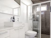 Yläkerran wc:tä löytyy myös suihku