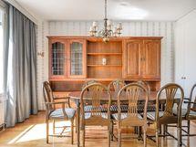 Olohuoneen yhteydessä on ruokailuhuone, jonka voi muuttaa tarvittaessa makuuhuoneeksi.