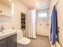 Kylpyhuoneessa erillinen kodinhoitotila