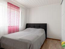 Makuuhuone 1, jossa seinänlevyinen liukuovikaapistp.
