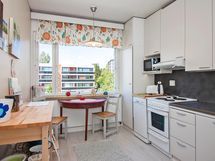 Valoisa keittiö ja tilaa vaikka pienelle ruokapöydälle.