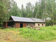 Vanha navettarakennus missä verstas, autotalli ja vaja