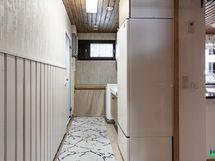 Kodinhoitohuone ja käynti saunaan