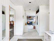 Tervetuloa! Edessä olohuone, vasemmalla keittiö ja makuuhuone 2, oikealla makuuhuone 1