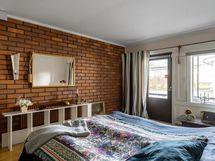 Makuuhuone ja käynti lasitetulle terassille