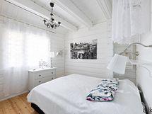 Ihastuttava, vaalea alakerran makuuhuone viehättää.