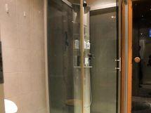 Kylpyhuoneessa suihkukaappi