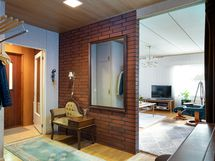 Asunnon aula on avara ja sisäänkäynnin yhteydessä on väliovi l. tuulikaappi.