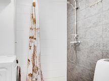 Kylpyhuone on tyylikäs ja hyvin varusteltu