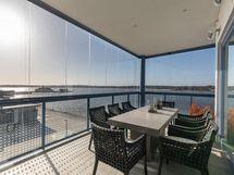 Yläkerran terassi/ Upstairs terrace