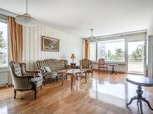 Valoisassa olohuoneessa on kaksi isoa ikkunaa ja käynti lasitetulle eteläparvkkeelle.
