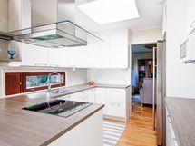 Valoisa keittiö kattoikkunan kera