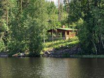 Mökki järveltä kuvattuna