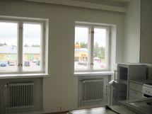 Keittiön ikkunan näkymät on suoraan keskustan ytimeen.