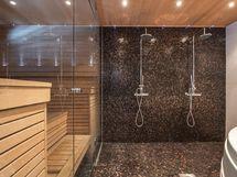 Kylpyhuone kahdella suihkulla