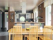 Ruokailutila on keittiön ja olohuoneen välissä.