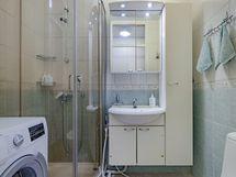 Kylpyhuoneeseen mahtuu pesukone