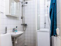 Kylpyhuone, jossa juuri uusittu pyykinpesukone