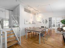 Olohuone ja käynti parvella sijaitseviin huoneisiin