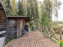 Vierasmajan ja tynnyrisaunan edessä on terassi jossa on lupa nautiskella luonnosta.