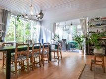 Uuden puolen keittiö, ruokatila, olohuone ja viherhuone muodostavat valoisan ja yhtenäisen tilan.
