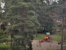 Tien toisella puolella on lasten leikkipaikka
