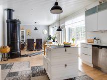 Keittiö, ruokailutila ja olohuone ovat kaikki yhtä tilaa.