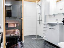Kylpuhuoneessa on tilaa myös pyykinpesukoneelle