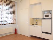 Keittiönurkkauksen vieressä on ovi toiseen WC-tilaan.