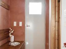 Pukuhuone ja ovi vilpolaan
