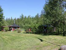 Alueella useita yhteiskäytössä olevia saunoja paljuineen sekä huvimajoja