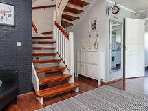 Alakerran aulasta portaat johdattavat yläkertaan